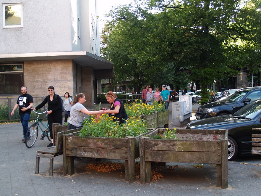 Gerilja-gardening i Berlin. Konseptet går ut på å bedrive hagearbeid på en tomt eller eiendom du ikke eier eller har rett til å bruke. Tiltak kan etterhvert også bli permanente, som her i bydelen Kreuzberg (Foto: Kjetil Olai Torgrimsby, 2013)