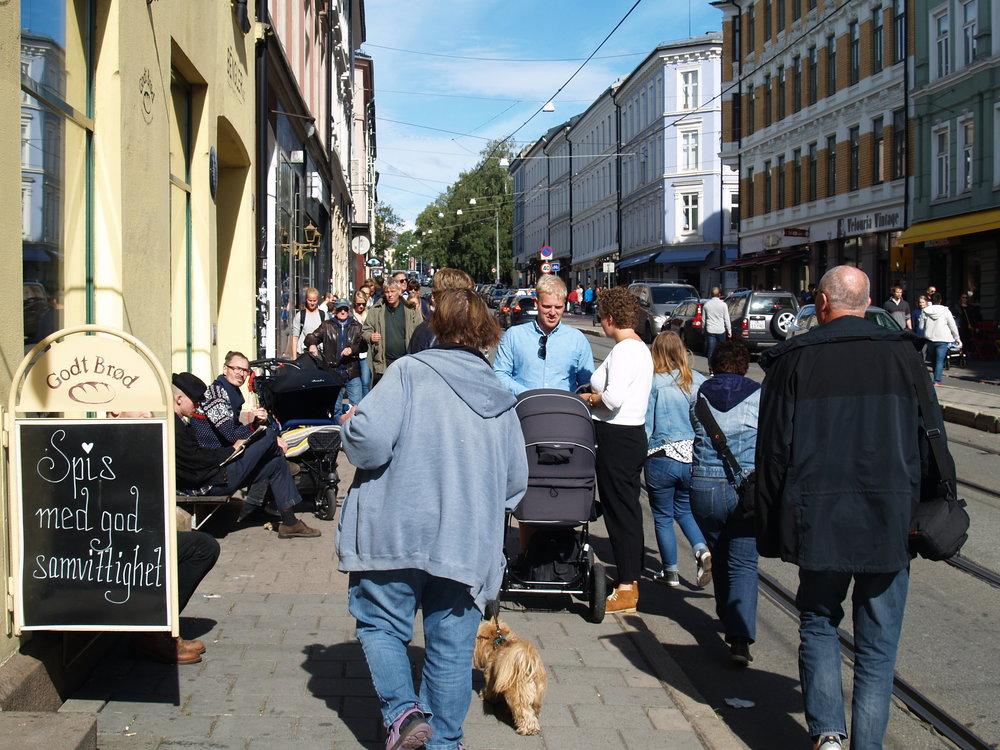 En typisk folksom lørdag i Thorvald Meyersgate. Med smale fortau blir møtende fotgjerngere presset ut i veibanen og trikkeskinnene. (Foto: Kjetil Olai Torgrimsby, 2015)