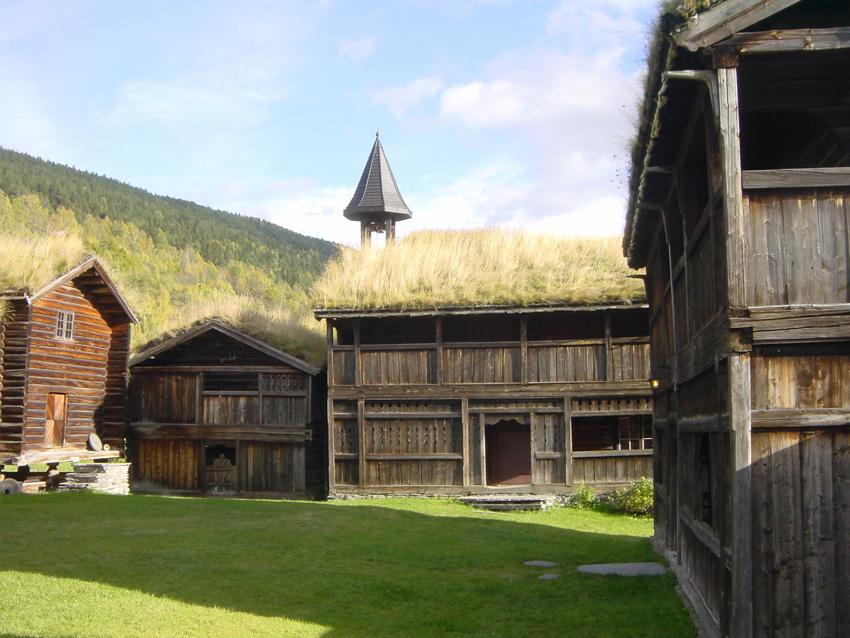 Grønne tak er en gammel tradisjon i Norge. Torvtakene ga god isolasjon og varmeregulering inne i byggene. Her fra Heidal i Oppland. Foto: Lars Roede
