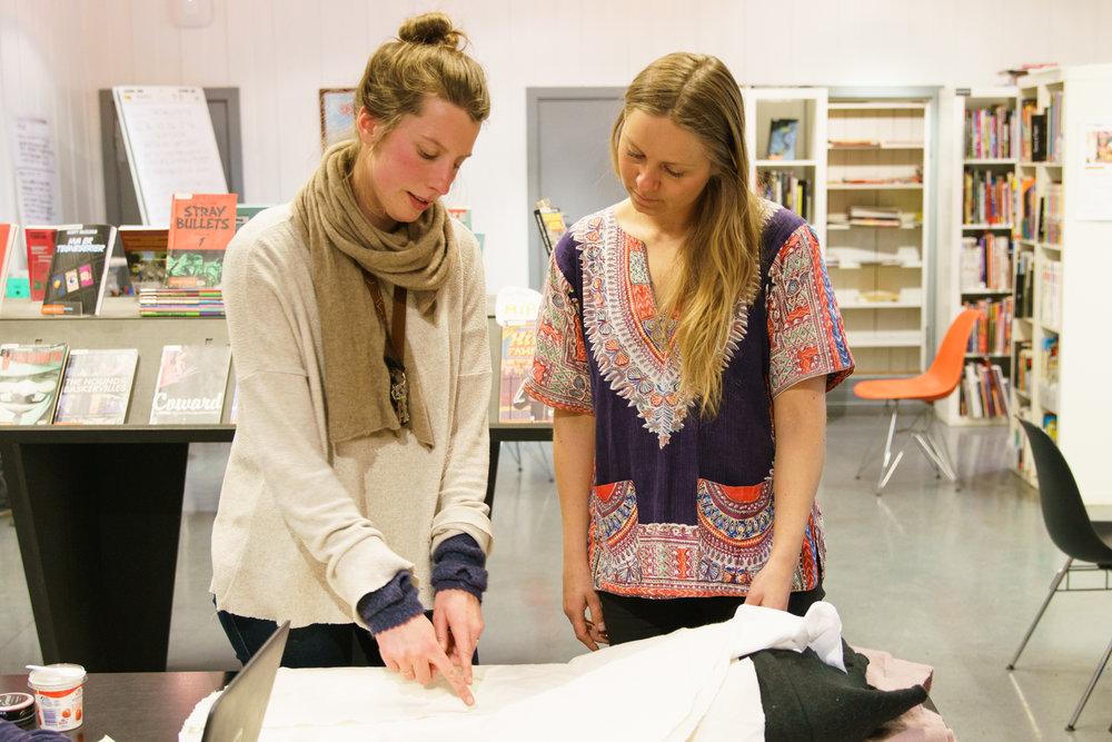 To av personene bak prosjektet, Cecilie Dawes (jobbspesialist i bydel Grünerløkkas seksjon for kvalifisering og miljø og en av grunnleggerne av bedriften Food Studio), og (Eva De Moor, en av grunnleggerne og ildsjelene bak Food Studio). Disse har koordinert og jobbet i mange timer utover en vanlig arbeidsdag for å få til dette prosjektet. Foto: Svein Kjøde