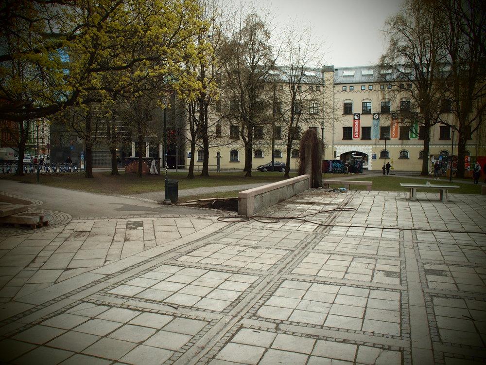 FØR! En grå, tom plass med få sittemuligheter. Foto: Karoline Bjørnali