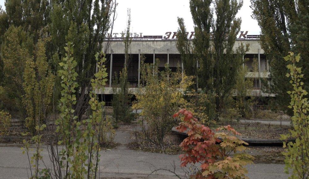 Det forfalne kulturpalasset Energetik på torget i Pripjat.