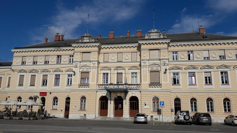 Nova Gorica: Den gamle stasjonen til den transalpinske jernbanen, som no befinn seg i Nova Gorica i Slovenia. Sett frå Gorizia i Italia. Foto: Fabio Ferrarini