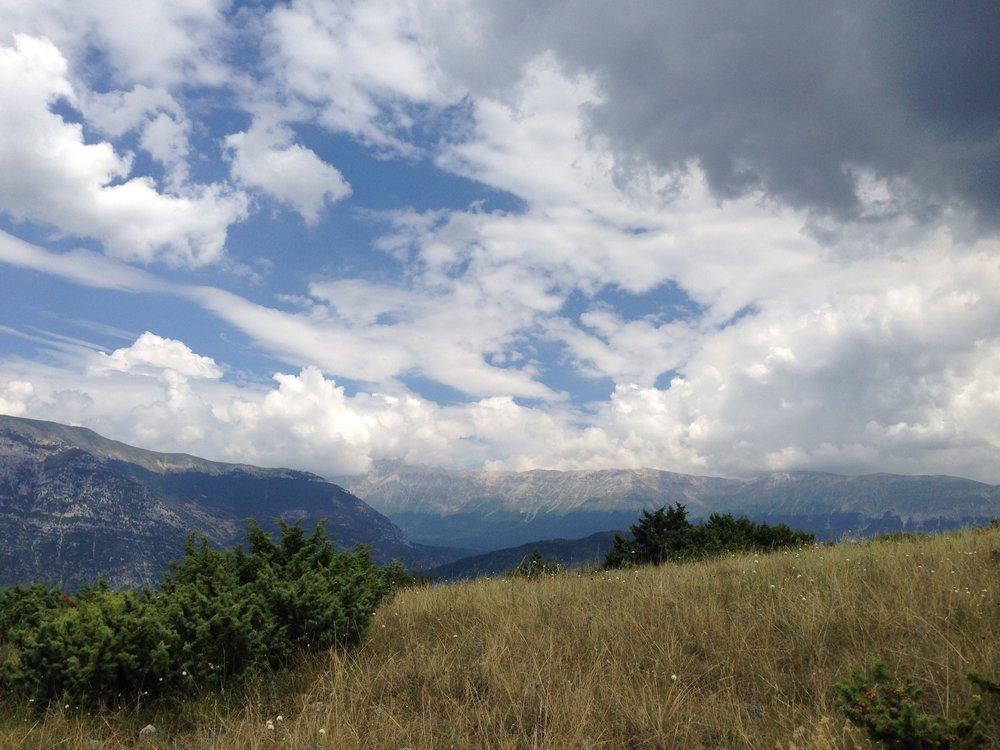 Abruzzo: Før me måtte snu på grunn av varmen fekk me denne utsikta mot Maiella. Foto: Nora G. Bækkelund
