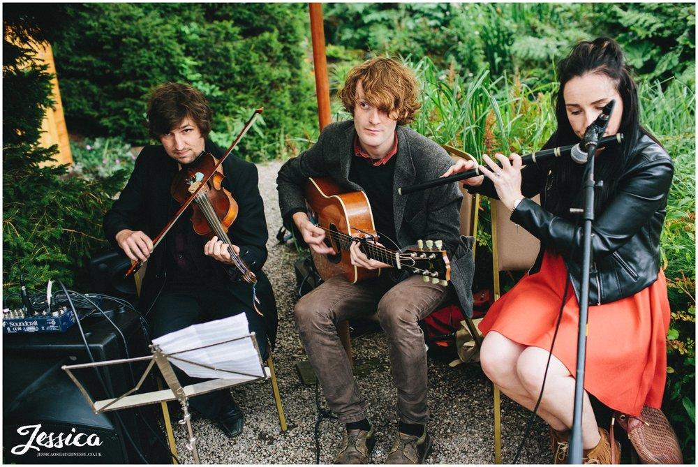 irish band play music before the ceremony