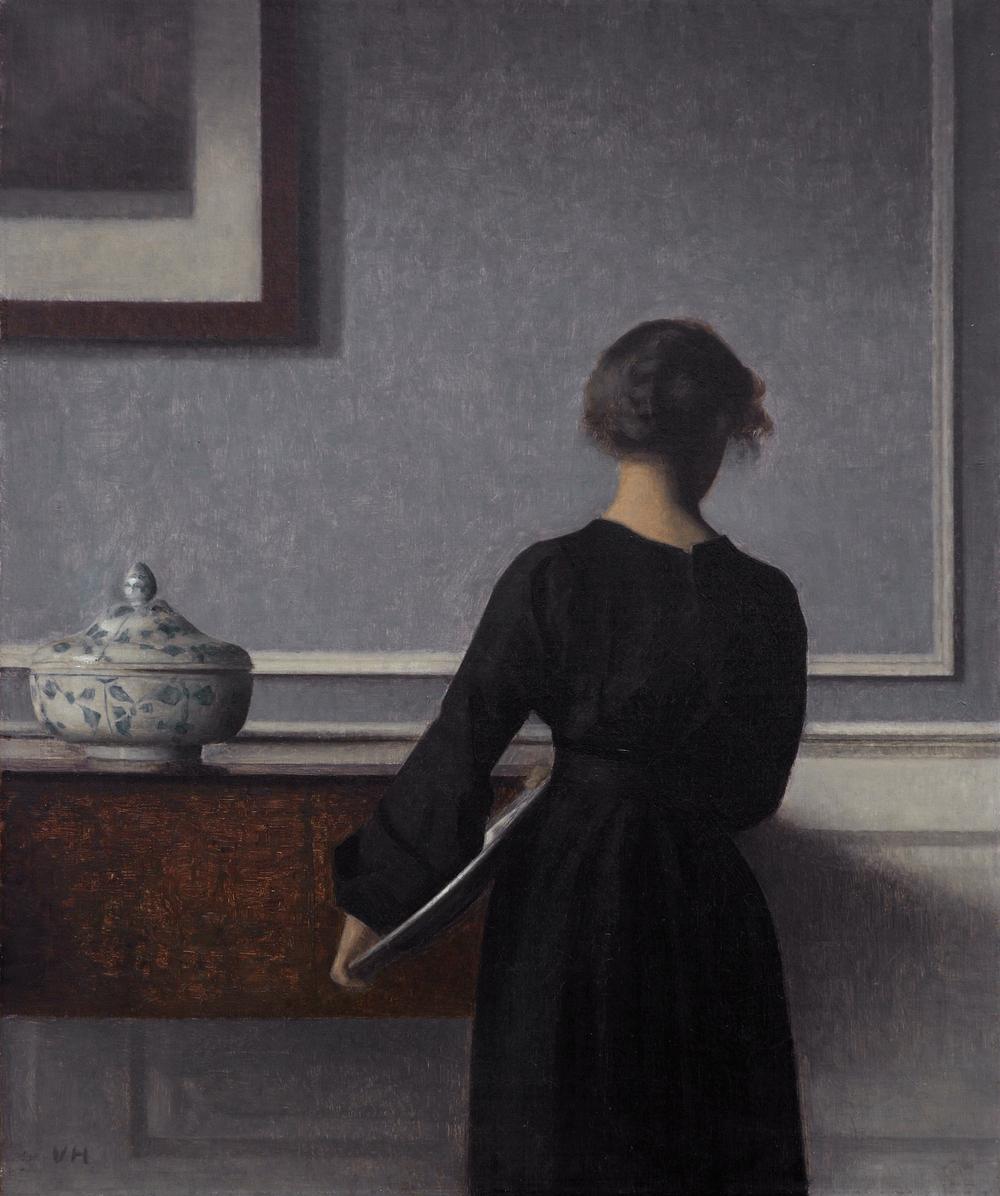 Interiør, ung kvinde set fra ryggen