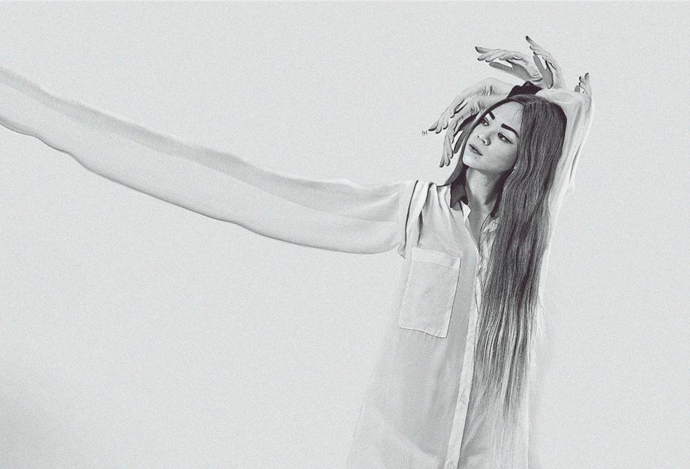 Girl with long arm Lauren Indovina 2011