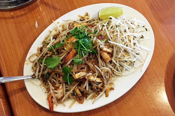 yai-restaurant-pad-thai.jpg