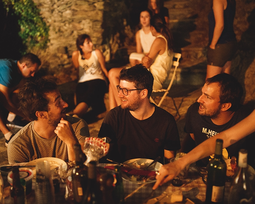 Soirée intime - Un dîner en famille, un petit barbecue entre amis... c'est l'occasion de relâcher la pression et de profiter du calme avant la tempête.C'est pour moi l'occasion de m'intégrer à votre bande d'invités, entre deux parts de pizza et 1 ou 2 verre de vin.