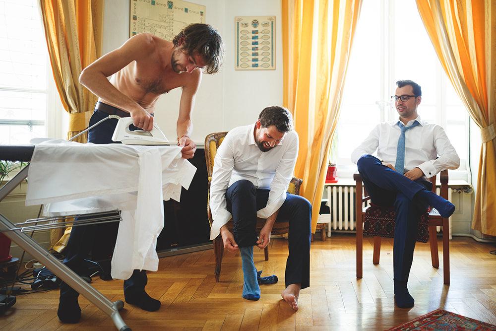 Le marié aussi... - Lorsque cela est possible, j'aime photographier également les préparatifs du marié !Cela est souvent bien plus court que pour la mariée, mais c'est souvent prétexte à de bons délires avec les copains.