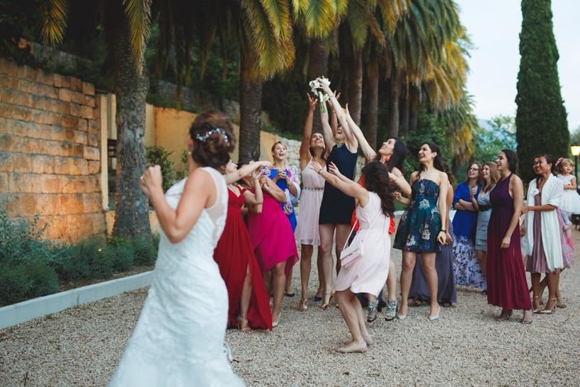 Des traditions toujours fun ! - Le lancer du bouquet, faire sauter le marié dans les airs... des petites choses habituelles qui égayent le cocktail et font de jolies photos !