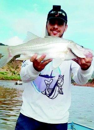 """Alheio às pesquisas, pescador de lazer exibe peixe capturado semana passada: """"O rio está vivo de novo""""  Foto:Divulgação"""