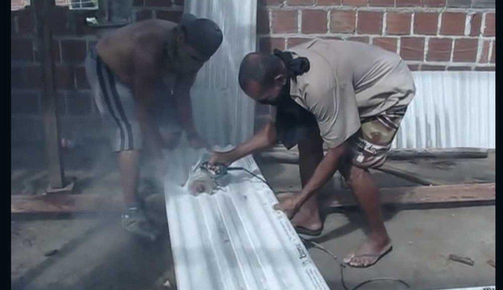 Cena do documentário 'Não Respire- Contém Amianto' que mostra trabalhadores da construção civil cortando telhas feitas do produto cancerígeno sem nenhuma proteção DIVULGAÇÃO/REPÓRTER BRASIL