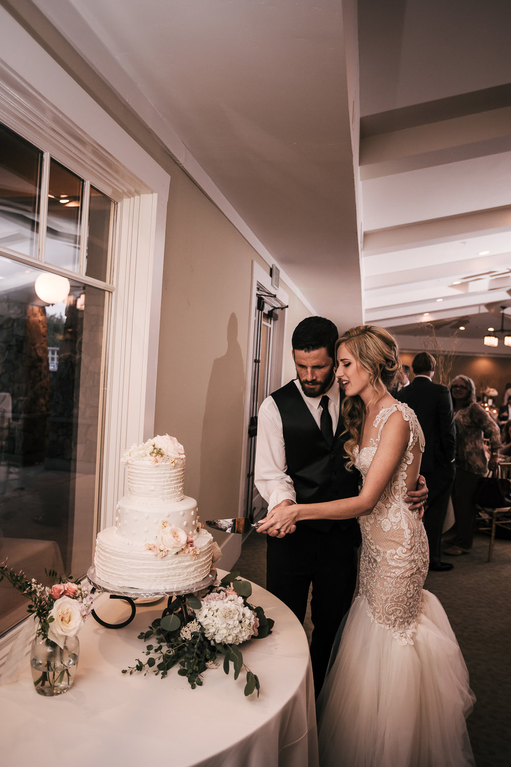 bride and groom cut the cake at the Twin Oaks Golf Course in San Marcos, San Diegos premier wedding venue