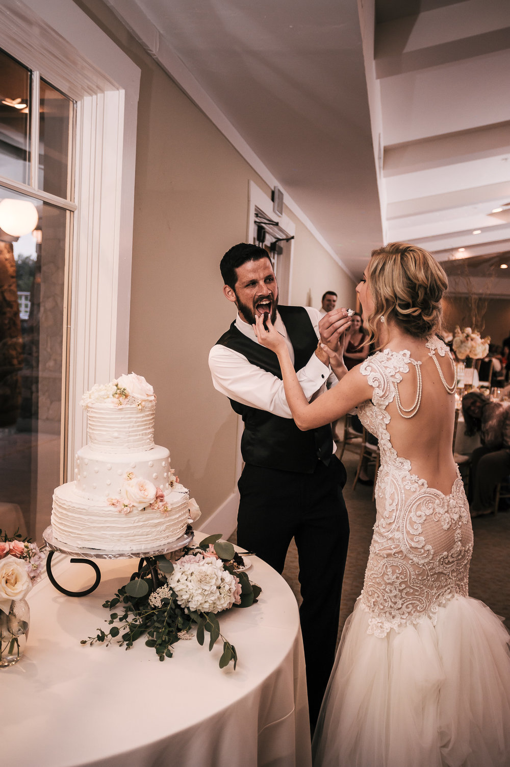 cake cutting at the Twin Oaks Golf Course in San Marcos, San Diegos premier wedding venue