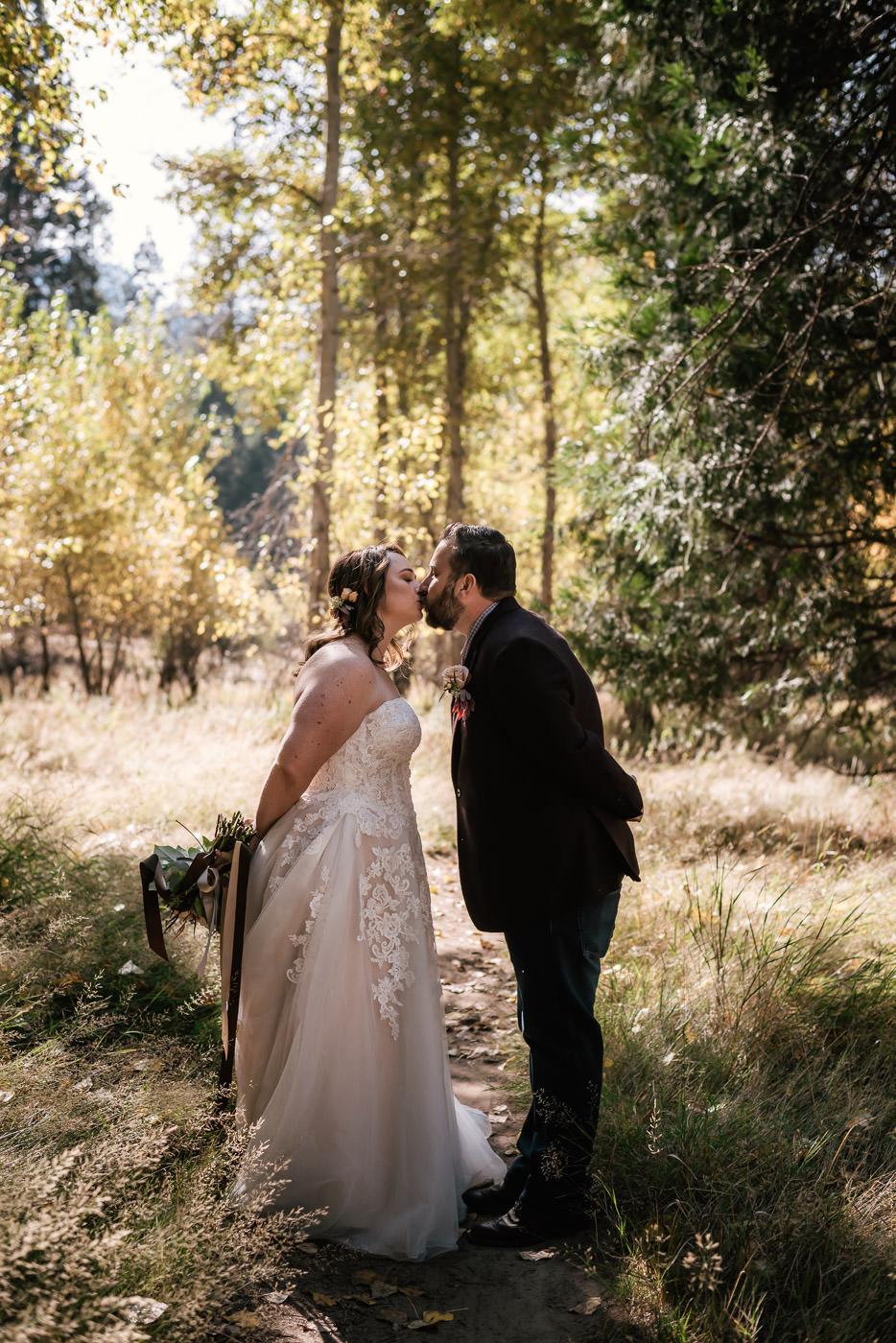 yosemite-swinging-bridge-first-look-wedding-26.jpg