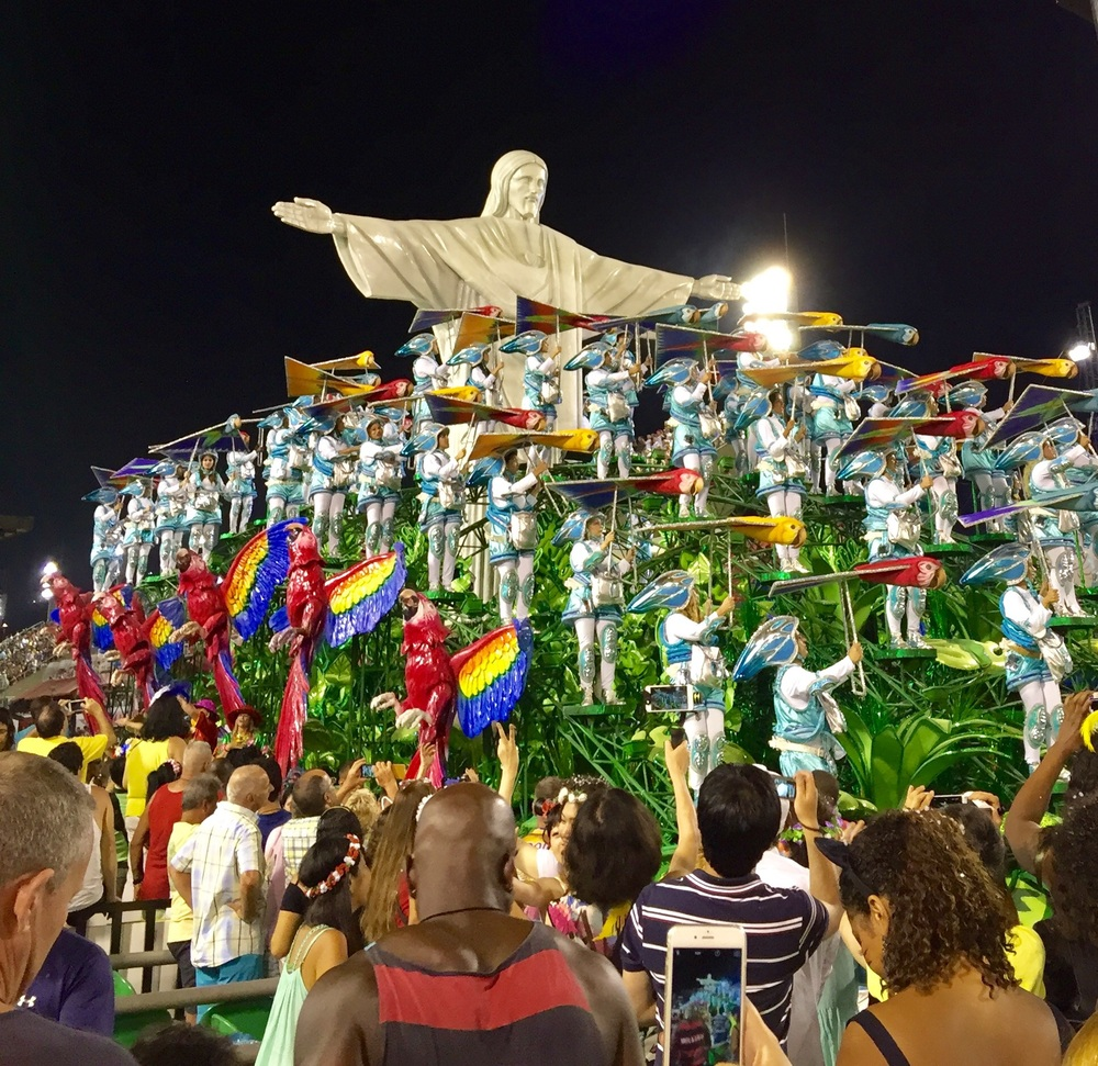 A classic Rio scene of Cristo o Redentor (Christ the Redeemer) was captured in this float.