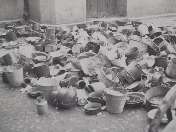 Food pails and dishes left behind by deported ghetto residents (1944), photo by Henryk Ross. Museum of Fine Arts, Boston; Art Gallery of Ontario.