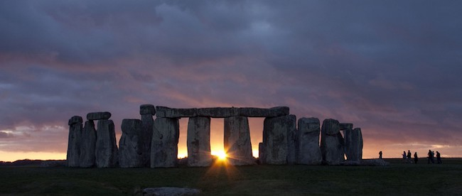 Winter Solstice at Stonehenge.   Source: https://historiazine.com/o-que-%C3%A9-stonehenge-41aa4aa8941b