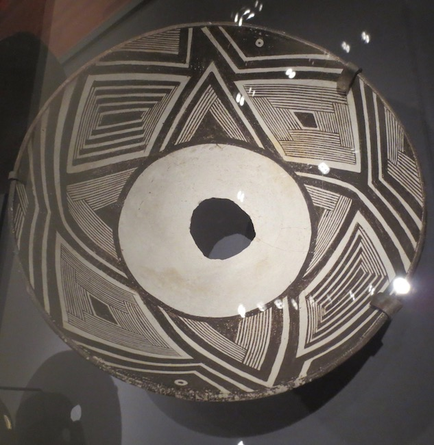 Mimbres bowl (ca. 1010-1130). De Young Museum, San Francisco.