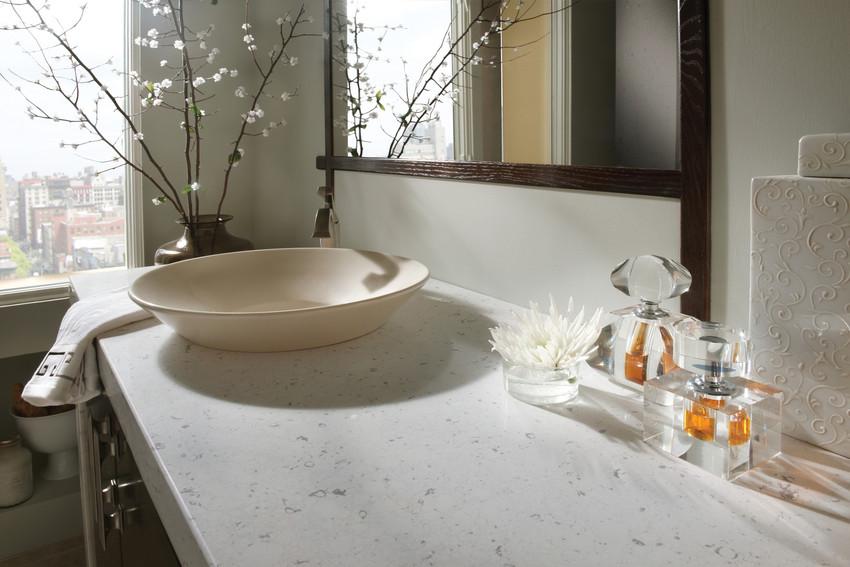 comptoir quartz silestone blanc marbe avec vasque beige salle de bain.jpg