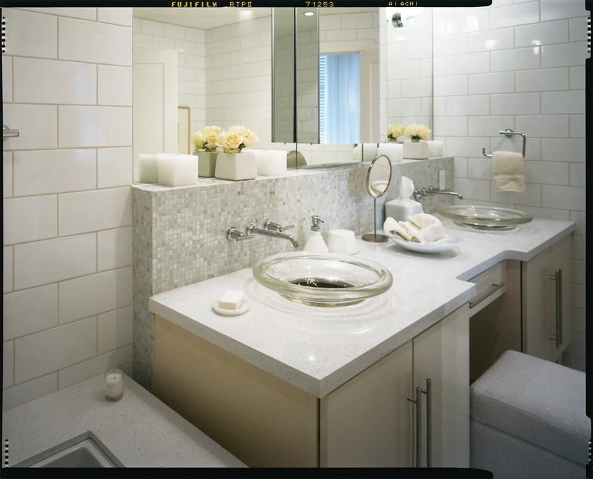 comptoir quartz silestone blanc salle de bain et rebord bain.jpg