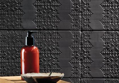 douche en céramique noire avec motifs soligo laval blainville rosemere montreal