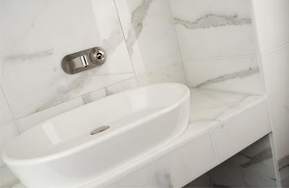 douche en céramique soligo effet marbre bianco carrara vanité laval blainville rosemere montreal