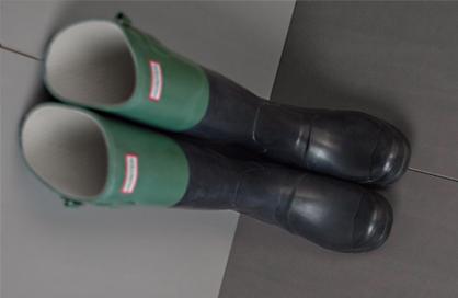 Céramique Lorraine entrée grise bottes