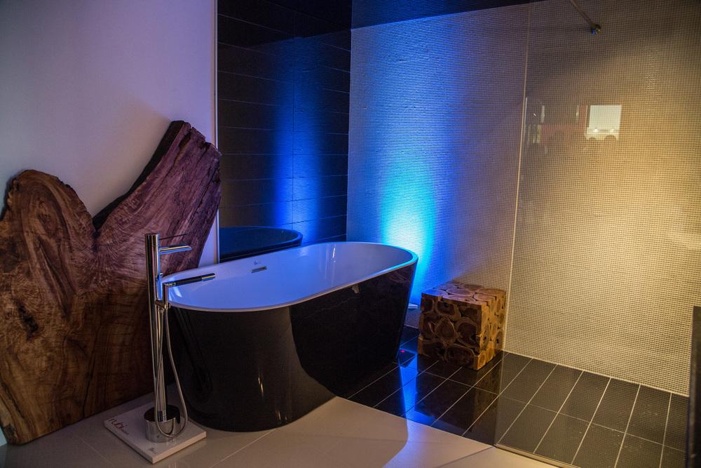 Salle-de-bain-ceramique-design-bleu-pale