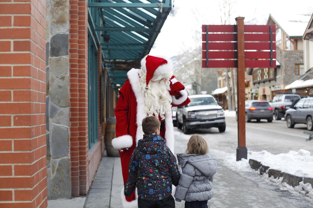 the kids saw santa walking around banff!! they were soooo excited!