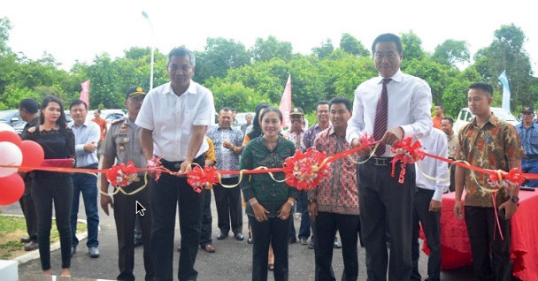 The Regent of Ketapang, Mr Martin Rantan, and a representative of the Chinese corporation Beng Seng Materials, Mr Yu Xui Yuan, jointly opening the corporation's new office in Ketapang Regency, West Kalimantan  (photo (c) Humas Ketapang).