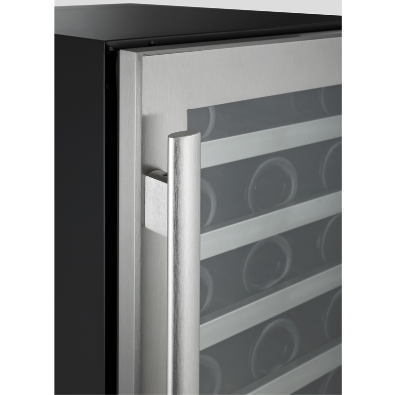 Corner shot of the seamlwss door and handle.jpg