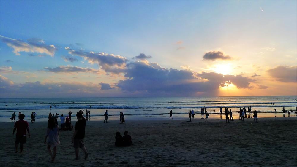 kuta beach sunset crowded