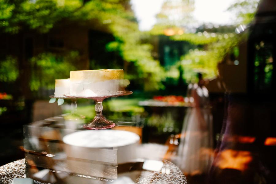 wedding cake with reflection
