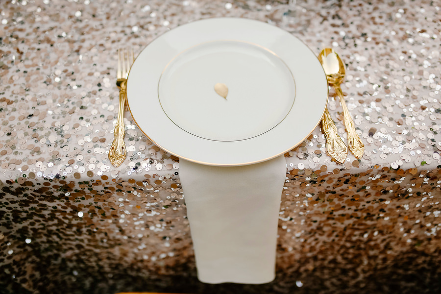 wedding plates, decor and tablecloth