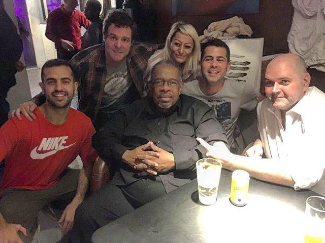 Parte de nuestro team con el gran FRED WESLEY despues de su concierto!! Gracias a las más de 100 personas que vinieron un domingo! Como lo pasásteis?! Queréis más?! Decirnos en los comentarios! 😉🎷🍻❤️