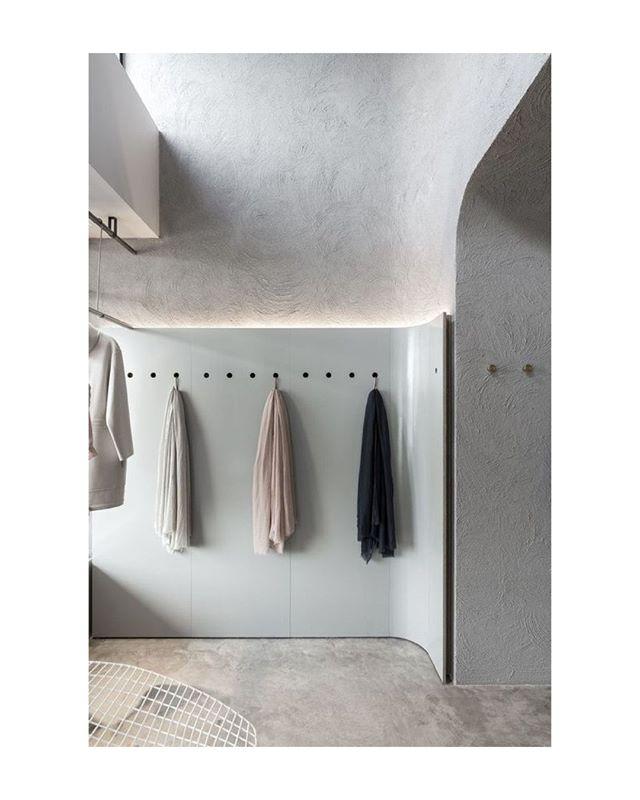 Seamless minimalism at Jac & Jak in Claremont WA Australia. Designed by architect George Livissianis.  #architecture #interiors #store #details #photography #materials #plaster #curves #australia #minimalist #modern #pure #fellsandes
