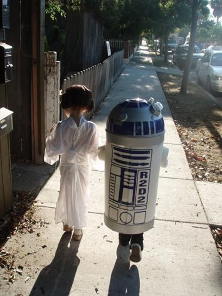 nicolemarietherese :      iamwhitehouse :     L-O-V-E    interwebs :     Mini Leia and R2D2 are the awwww of the day.