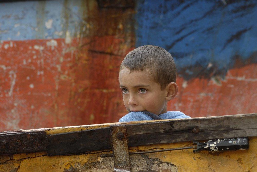 COA-by-Thijs-1  Deze jongen heet Mando Lavarello en ik fotografeerde hem op Tristan da Cunha, het meest afgelegen bewoonde eiland van de wereld, midden de zuidelijke Atlantische Oceaan, tussen Argentinië en Zuid-Afrika in. Het eiland heeft geen vliegveld en zelfs geen haven: je kunt er alleen komen door op dagen met weinig golfslag met een klein bootje aan de kust te landen. Ik bezocht Tristan da Cunha toen ik aan boord van de Bark Europa fotografeerde voor mijn boek 'Cold', over een lange zeilreis naar Antarctica.