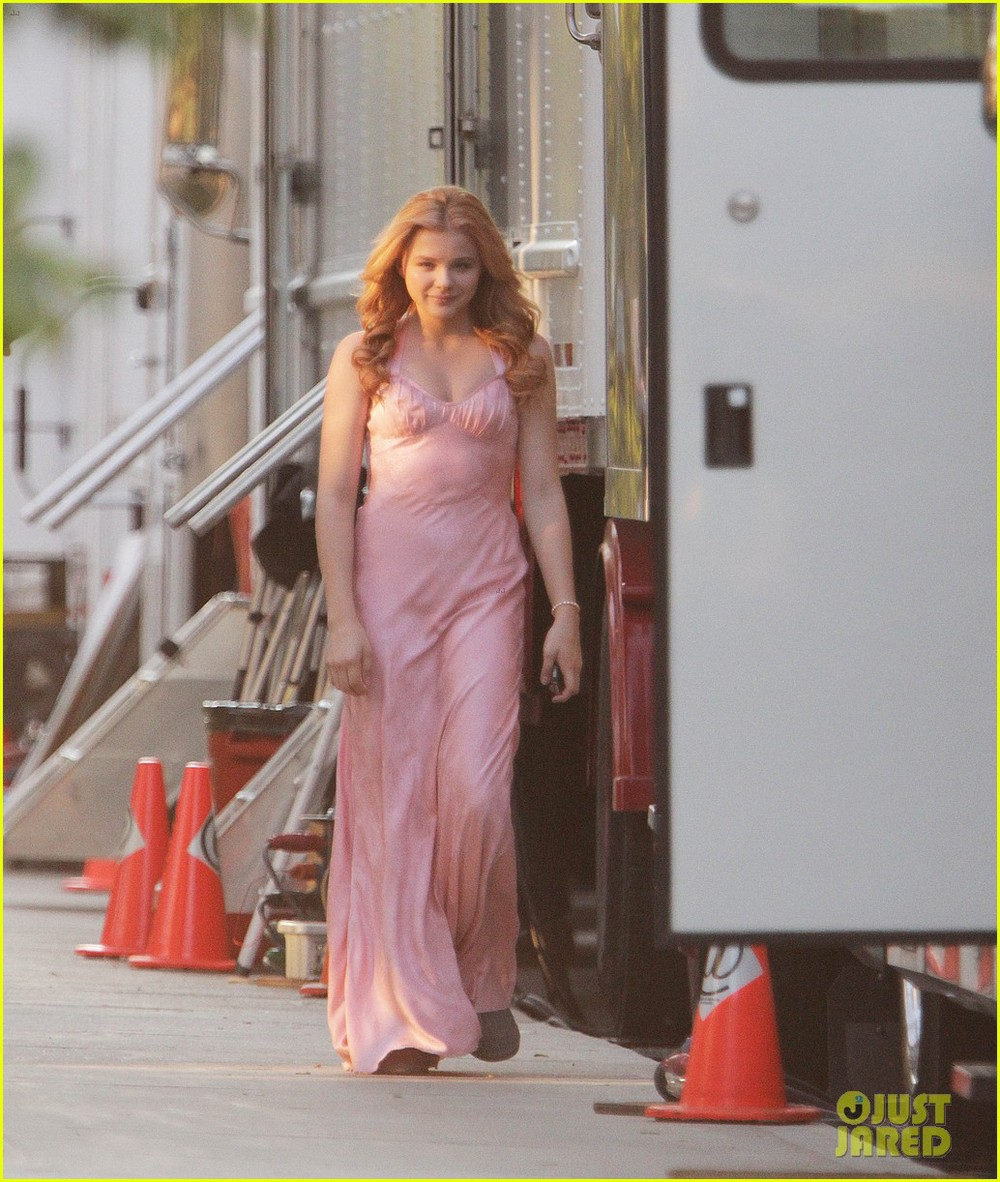 Carrie Set Photos Show Chloe Moretz Going To The Bloody