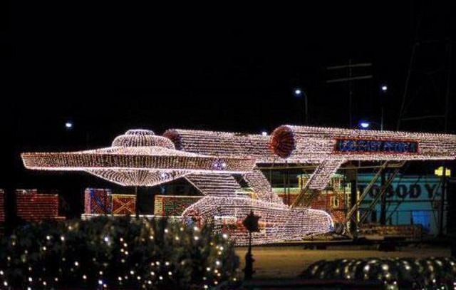 This is a pretty incredible Star Trek Christmas light display of the U.S.S.  Enterprise. These Christmas lights come from East Peoria, Illinois. - Incredible STAR TREK U.S.S. Enterprise Christmas Light Display