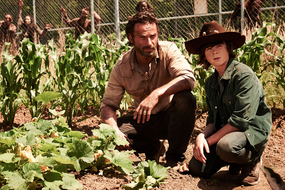 the-walking-dead-season-4-trailer-rick-goes-digging-for-a-gun.jpg