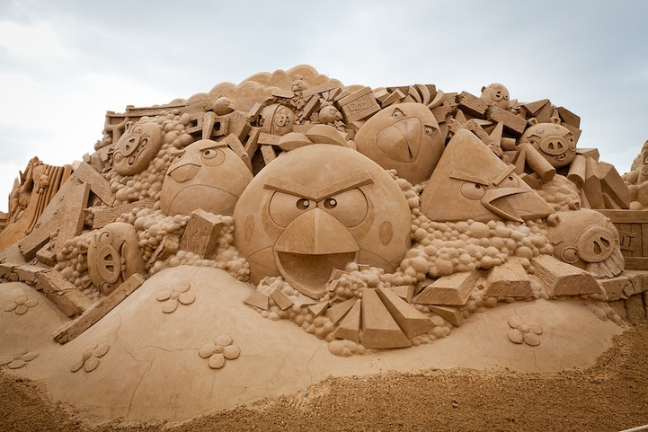 angry-birds-sand-sculpture