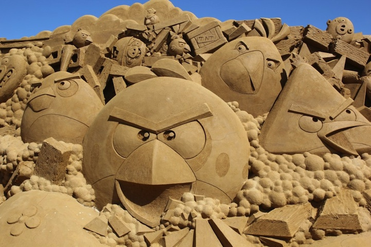 angry-birds-sand-sculpture1