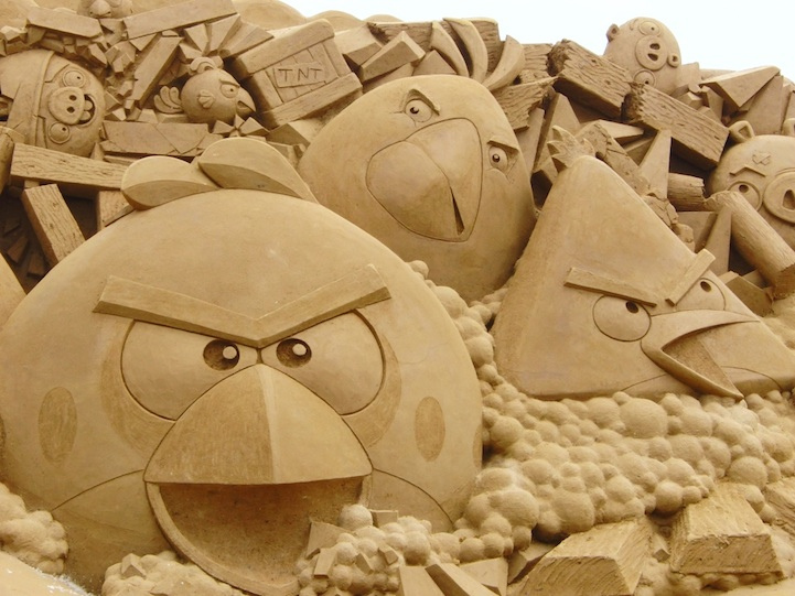 angry-birds-sand-sculpture2