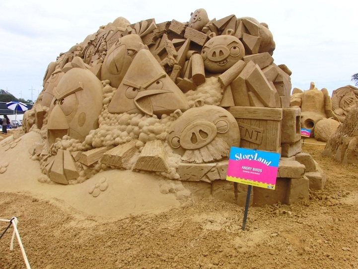 angry-birds-sand-sculpture3