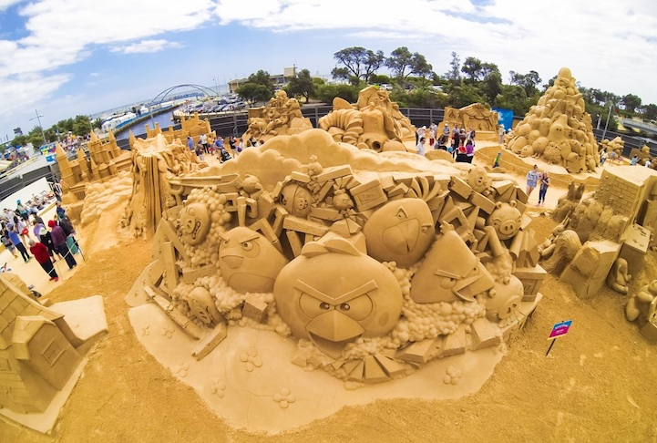 angry-birds-sand-sculpture4