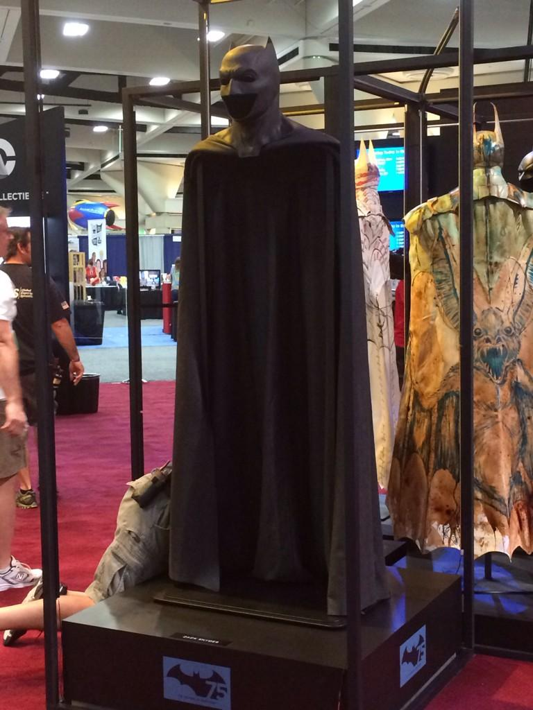 batman-v-superman-batsuit-on-display-at-comic-con1