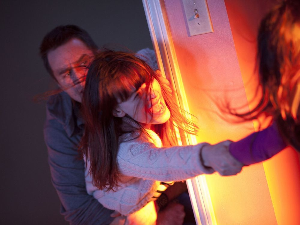 poltergeist-remake-photos-show-creepy-clown-tv-hauntings-and-more4